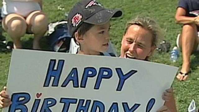 Fans sing happy birthday to Tom Brady