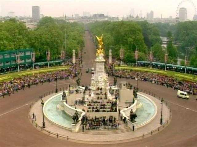 The fountain outside Buckingham Palace.