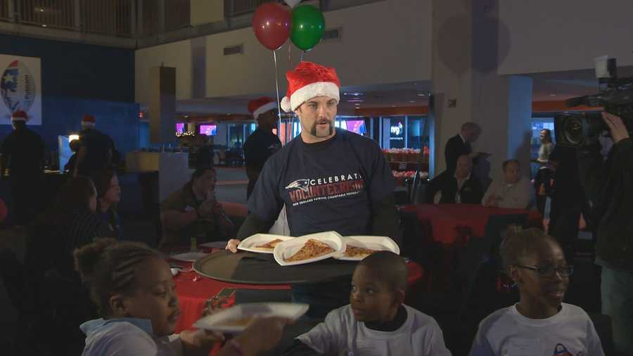 Welker also played waiter to the kids, handing out pizza.
