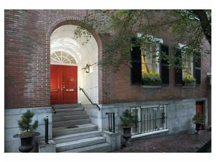 This stunning, extensively renovated, condominium blends sophisticated Beacon Hill architecture with characteristics more typical of the splendid country homes of Italy or France.