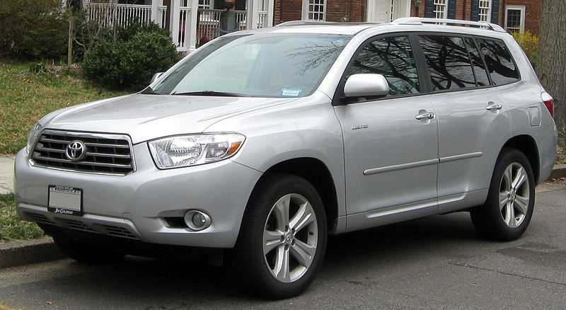 While this vehicle's size takes a minor toll in handling through sharp bends in the road, add a reputation for dependability and long life and you have a top choice for commuters needing size and passenger capacity. The TrueCar national market average price of the 2013 Toyota Highlander four-door front wheel drive four cylinder is $27,978, 6.3 percent less than the MSRP.