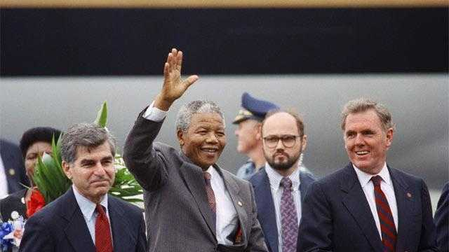 Boston Mayor Ray Flynn (R) and Gov. Michael Dukakis (L) greet Nelson Mandela on his arrival in Boston, June 23, 1990.