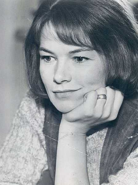 "Glenda Jackson wins the Best Actress Oscar for ""A Touch of Class"""
