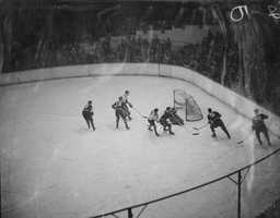 The first team sporting event was an ice hockey game between the Bruins and the Montreal Canadiens&#x3B; the Canadiens won 1-0. Over 17,000 fans crammed into the stadium, with hundreds of late arrivals trying to gain access.
