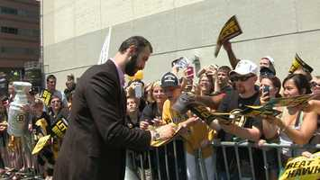 Chara also signed many autographs.