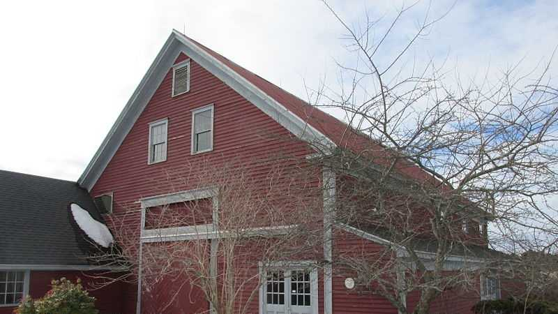 Tuttles_Red_Barn,_Dover_NH 110513.jpg