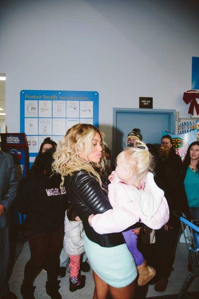 Beyonce walked around the store, wished everyone a happy holiday and then gave out $50 Walmart gift cards to 750 customers.