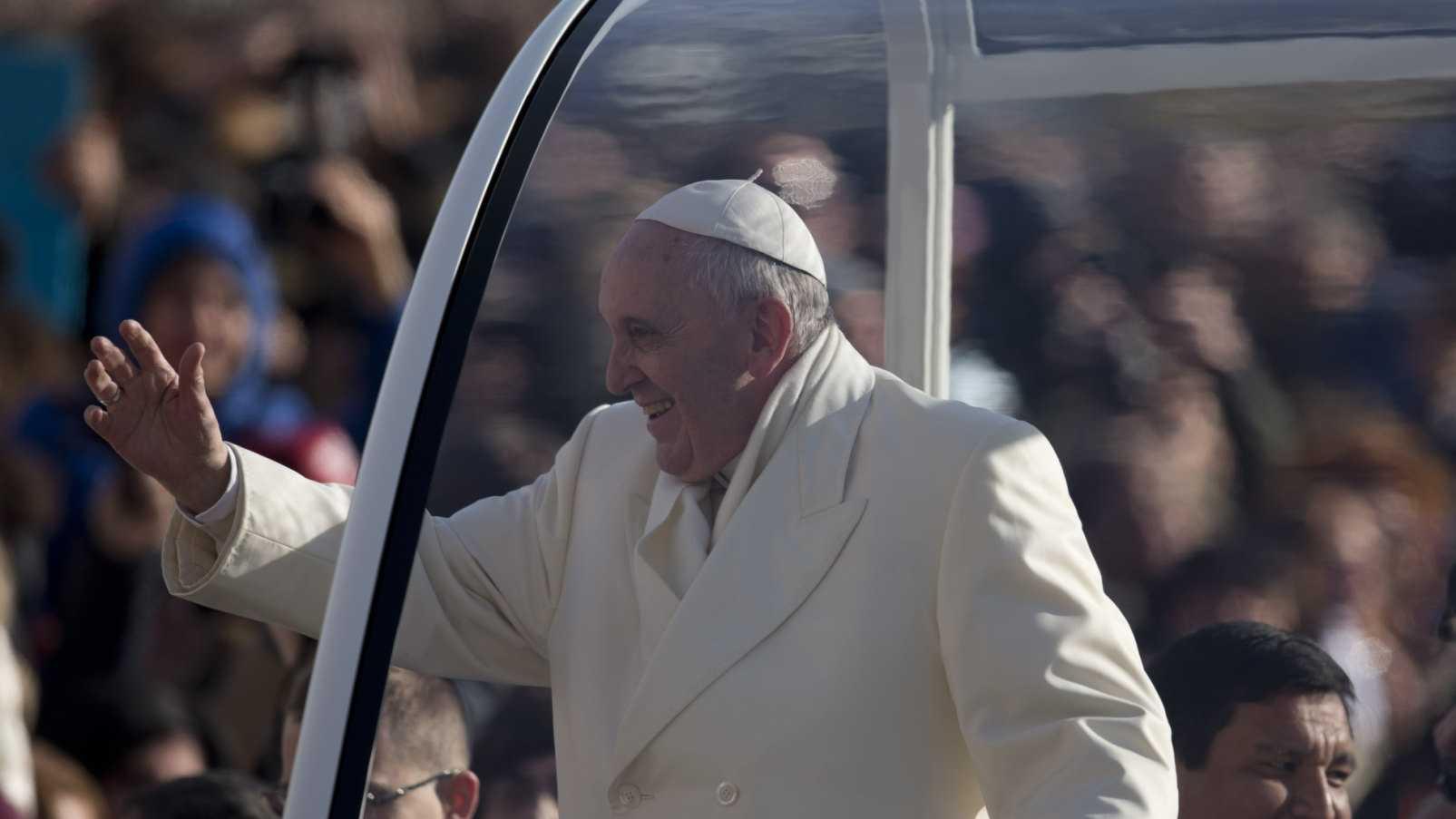 Pope Francis Popemobile 010814 AP.jpg