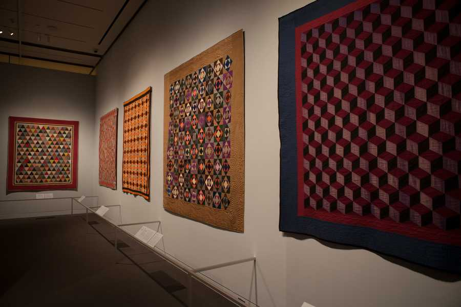 Before entering the exhibition, museum visitors will receive a color wheel to learn about the exhibition's color theory themes. While walking through the gallery, visitors view quilts in eight sections with eight color theories.