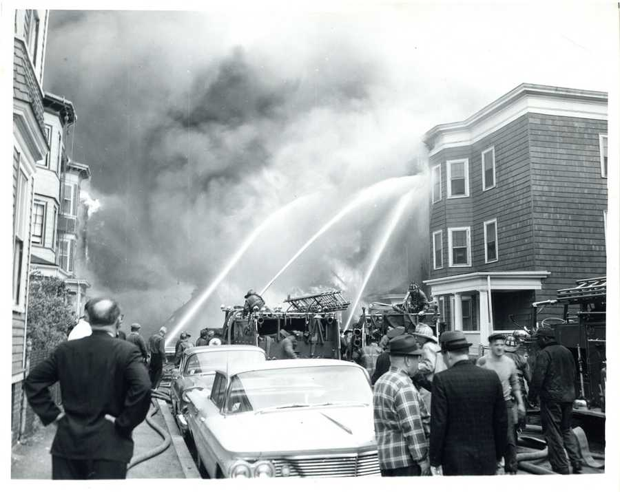 Due to the strong southwest winds, a water curtain was established in order to prevent the advance of the fire in the direction of Andrew Square and South Boston.