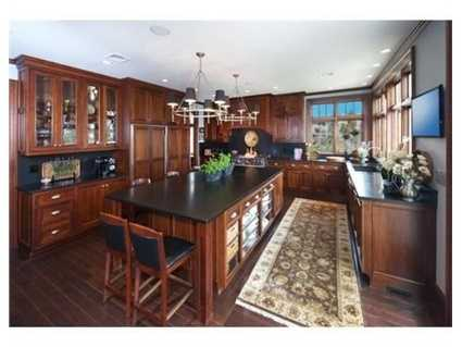 The kitchen and bar offer complete entertainment amenities.