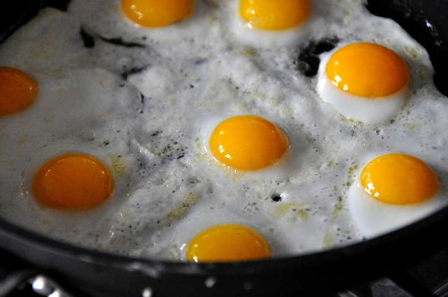 Eating a 300-calorie breakfast made up of 30 to 39 grams of protein reduces hunger pangs.