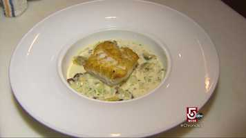 The dinner menu features refined dishes such as roasted cod bathed on a chowder with crushed potatoes, bacon and mussels.
