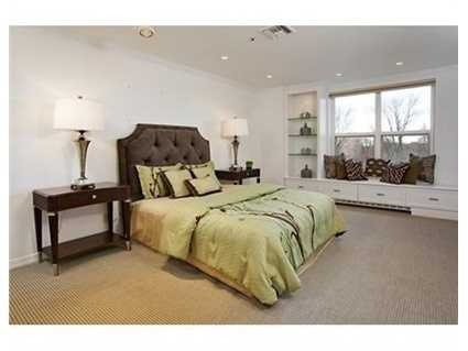 Twolarge bedrooms facing the Public Garden with en suite bath and huge walk-in closets.