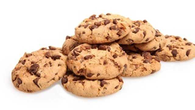 Chocolate chip cookies: 142mg of sodium per 1 serving (3 cookies)
