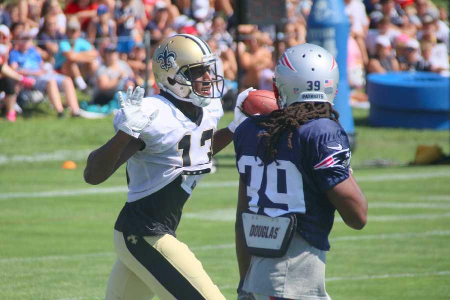 Saints WR Michael Thomas runs back to the huddle after making a catch against Patriots defensive back E.J.Biggers.
