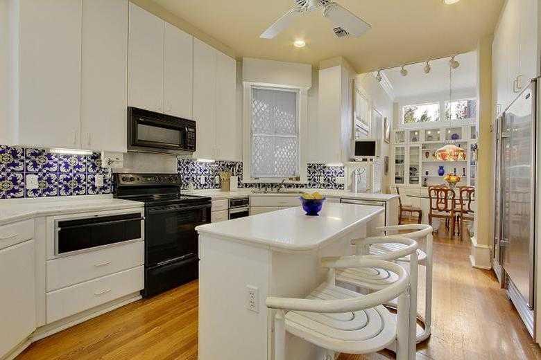 Kitchen: Sub-Zero refrigerator/freezer, Bosch dishwasher, warming oven & island.