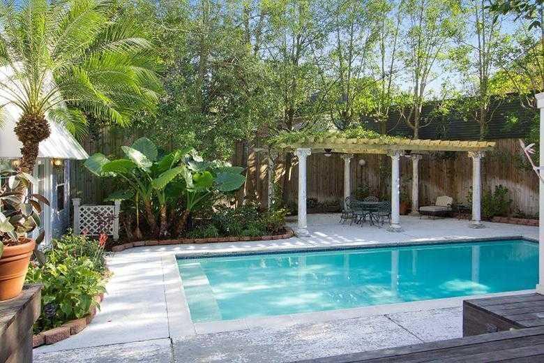 Swimming Pool/Hot Tub/Sauna: Inground pool, separate hott tub & plenty of space for entertaining.