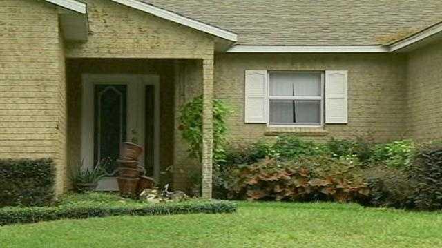 Teen calls 911 as burglars break in