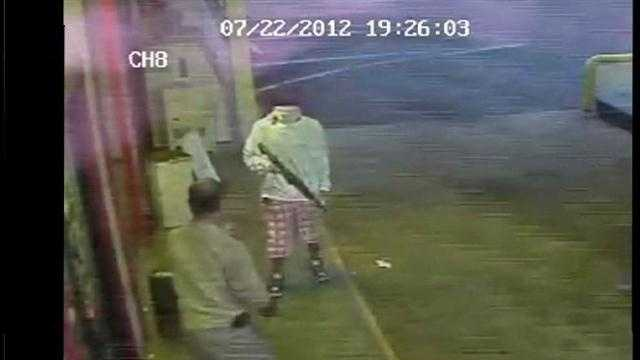 RAW VIDEO: Robber holds up man at Ocala store