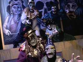1995: The jokers of the Midway of the Bizarre put on a show for the fourth installment of Horror Nights.