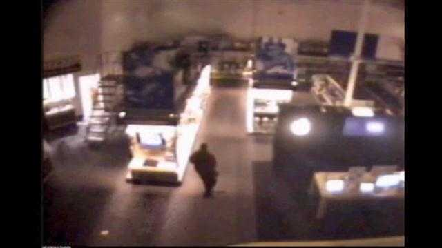 Raw Video: $40,000 worth of Apple products stolen from Best Buy