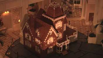 Guests can learn how to decorate a gingerbread house with the professionals every day, except Sunday, in the lobby.