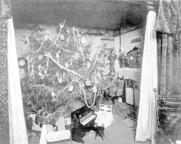 1895: The Haya Parlor in the Hyde Park area of Tampa decorated for Christmas.
