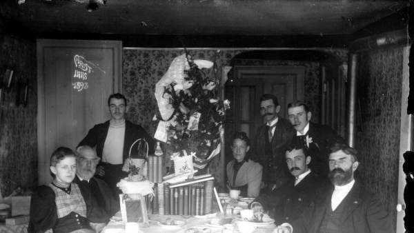1893: Members of the Pearsall family gather for Christmas dinner in Melrose, Florida.