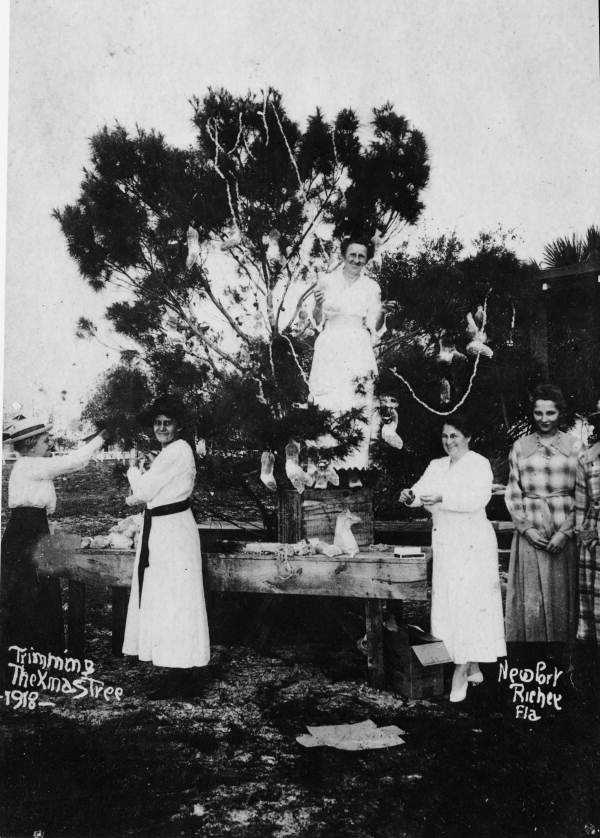 1918: A group of people in New Port Richey, Florida trim the Christmas tree.