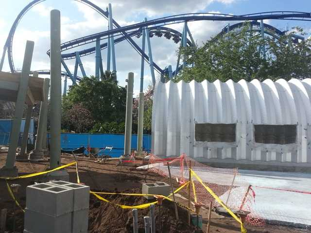 The ride Manta in the background of the construction site.
