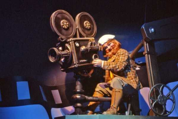 The original attraction's storyline began with Dreamfinder gathering up materials to inspire new ideas.