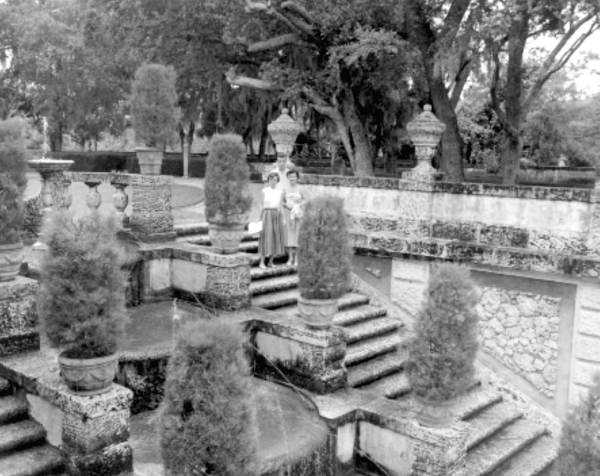 Tourists in the garden outside of the mansion.