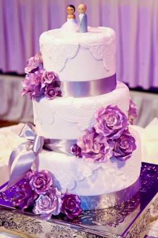 Did you know that there are Haunted Mansion themed wedding cakes? You can look at more pictures of the wedding cakes that Disney has to offer here.