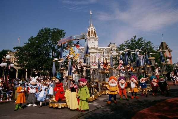 In this procession, Sorcerer Mickey led the way on a special Cinderella Castle-inspired float filled with Disney characters.