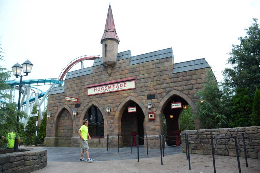 Guests will board the Hogwarts Express for a four-minute journey from Hogsmeade in Islands of Adventure to London King's Cross in Universal Studios.