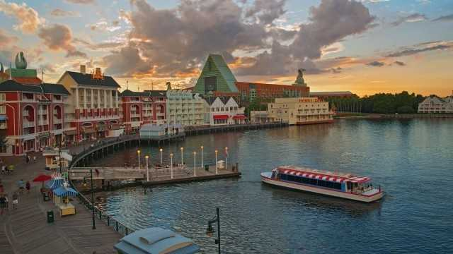 After nightfall, guests can take a stroll down Disney's Boardwalk, rent surrey bikes, try out amusing carnival games or visit themed restaurants and showplaces. Guests can also head to Jellyrolls and Atlantic Dance Hall for a good sing-along or dance-off.