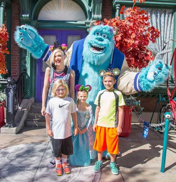 Gwen Stefani and her niece Stella spend their birthdays with family at Disneyland in October 2014.