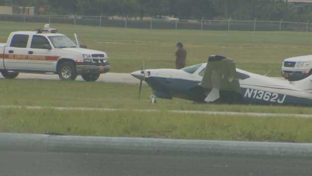 Pilot uninjured after landing gear failure in Orlando