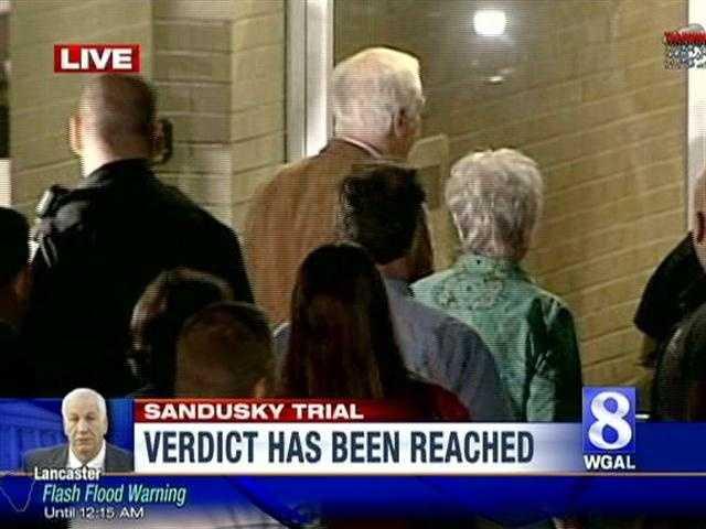 Jerry and Dottie Sandusky enter the courthouse.