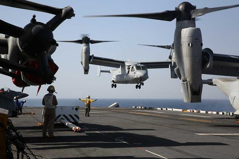 An MV-22 Osprey from Marine Medium Tiltrotor Squadron (VMM) 266 (Rein) approaches the flight deck of the amphibious assault ship USS Kearsarge