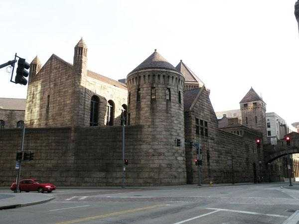 The third (and present) courthouse was erected on the same spot as the second courthouse. The main building design was built around an interior courtyard. A prison is connected to the courthouse via the Bridge of Sighs.