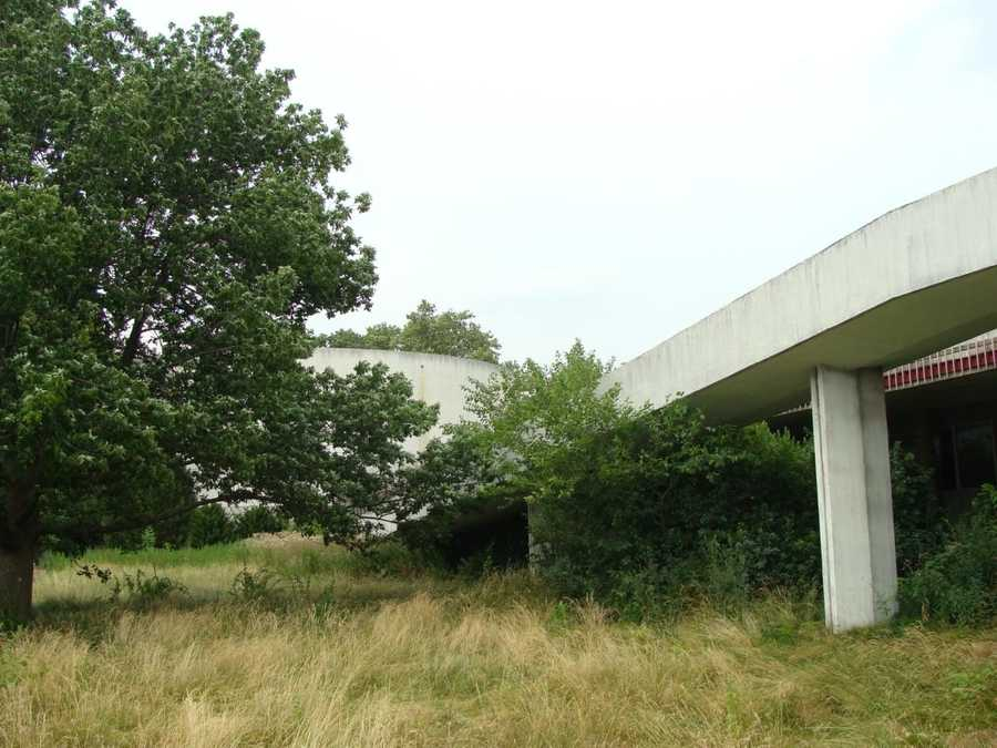 But before the cyclorama could be torn down a court intervened, declaring that it itself was a historical structure and could not be destroyed. So it sits vacant, as the weeds, trees and grass around it slowly reclaim the territory.