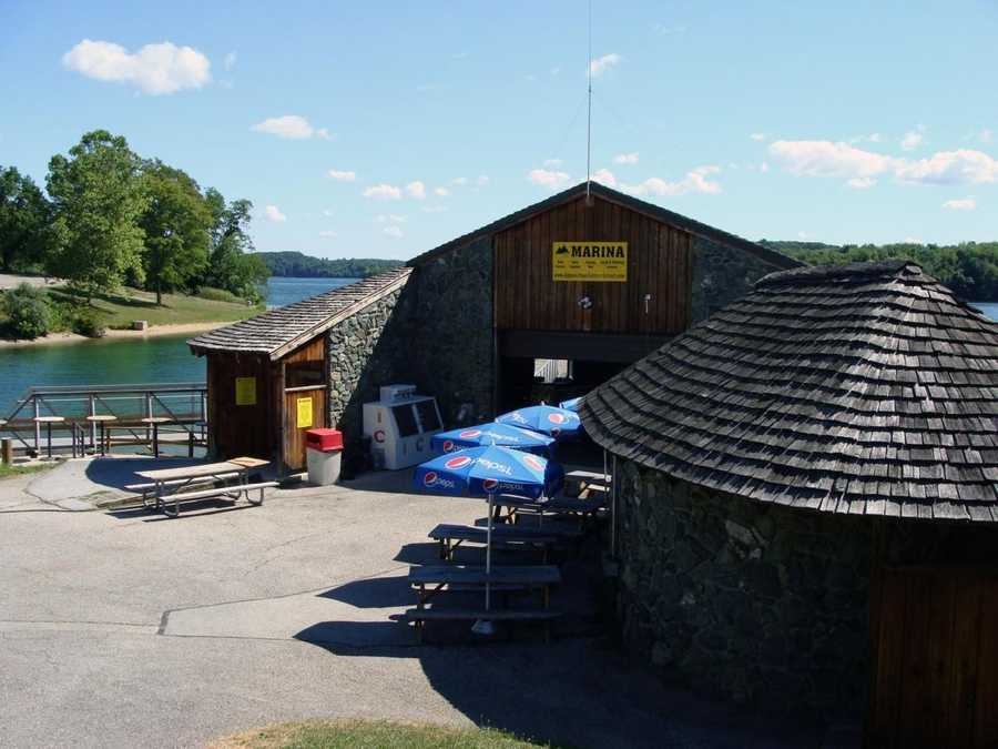 The boat rental in the Marina Day Use Area offers pontoon boats, motorboats, canoes and kayaks.