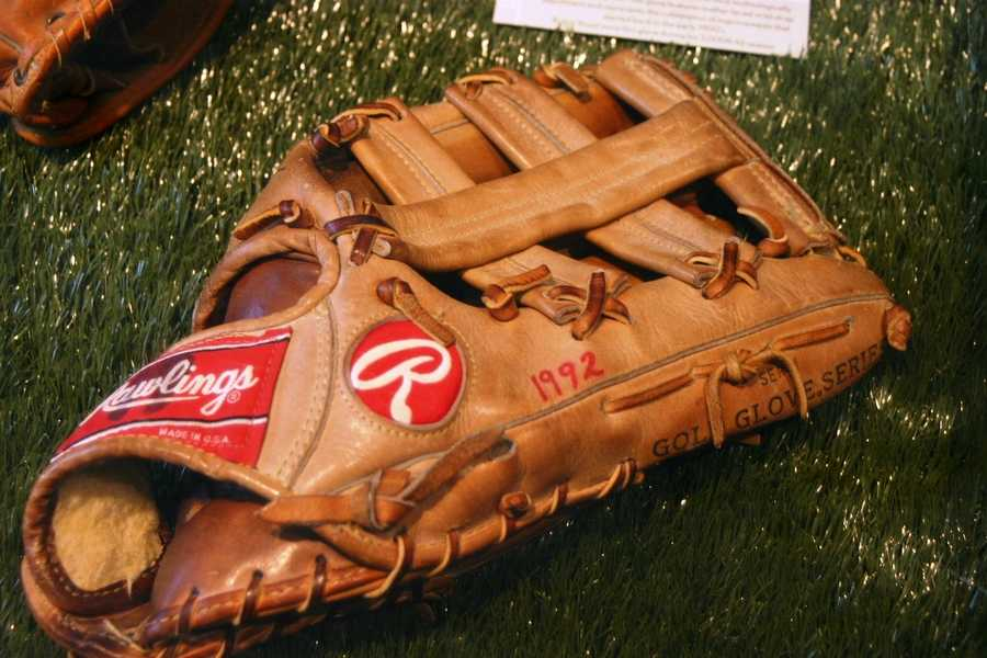 "1992 Robin Yount ""3,000 hit season"" glove.  This glove features leather laces wrist strap adjustment."