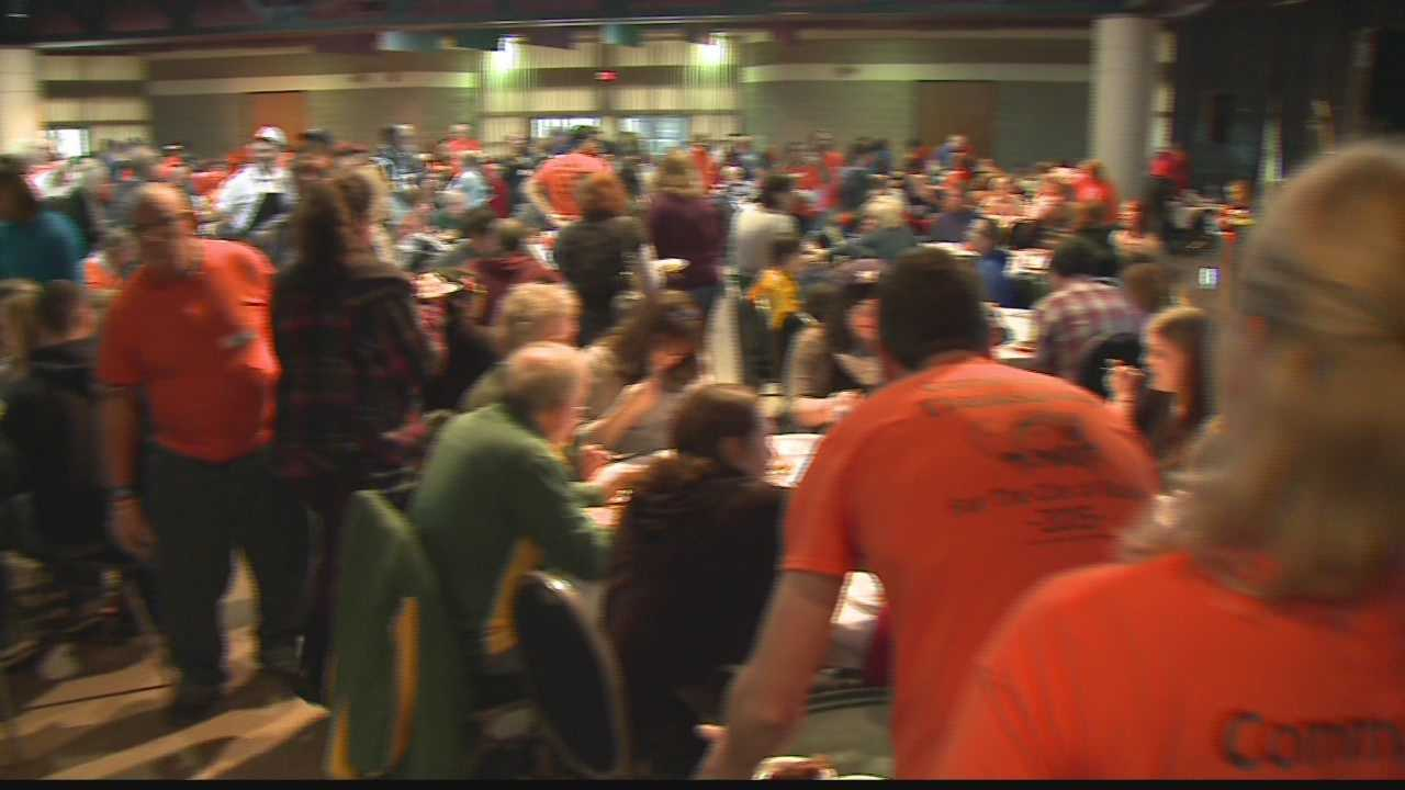 Crowds come out for Racine's Dan and Ray's annual Thanksgiving tradition