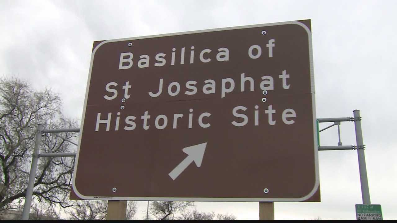 Freeway signs point visitors to historic Milwaukee landmark