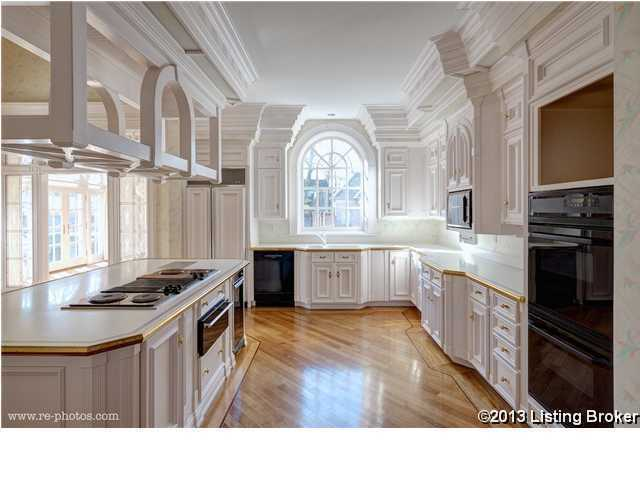 This beautiful kitchen has everything you could ask for.