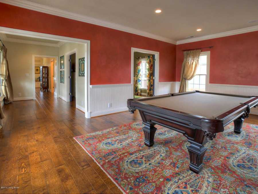 Pool table in this entertainment room.