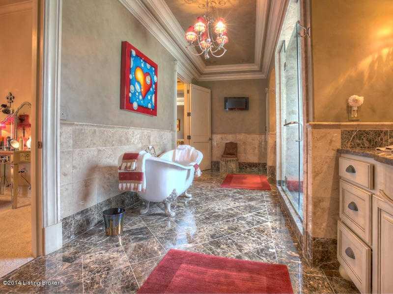 Free- standing tub looks so elegant in the bathroom.